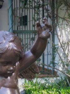 La mano de la figura ha recuperado todos sus dedos.