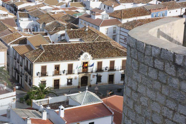 Todo el pueblo de Cañete la Real se vuelca con la familia del menor que se precipitó al Tajo y que está estable en la UCI, dentro de la gravedad