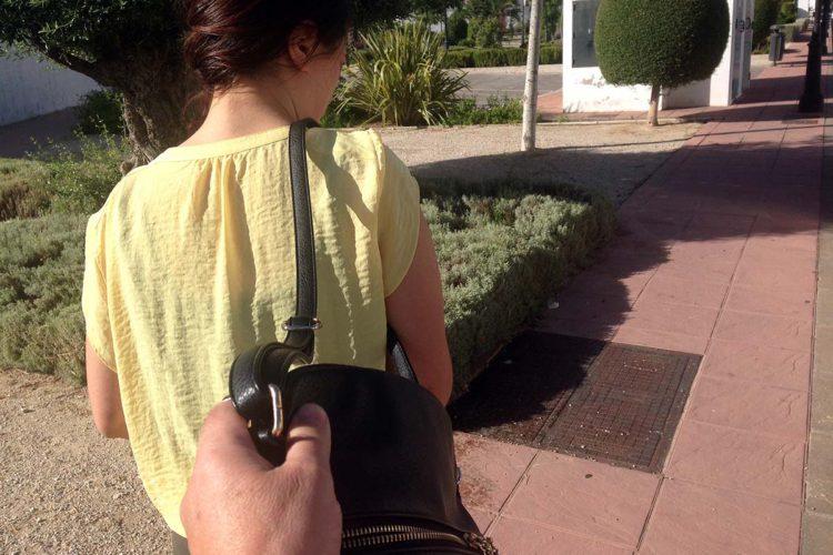La Policía Nacional detiene a un joven por robarle a una mujer un bolso con el sistema del 'tirón'