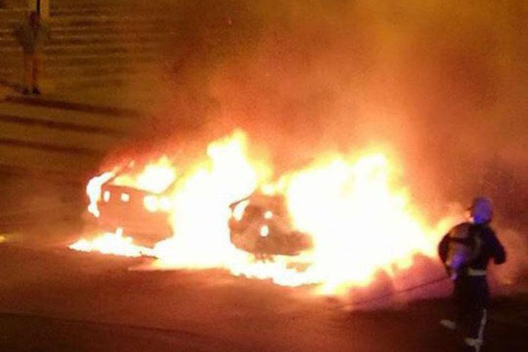 Arden dos coches que estaban estacionados en la barriada de El Fuerte en un incendio que pudo ser intencionado