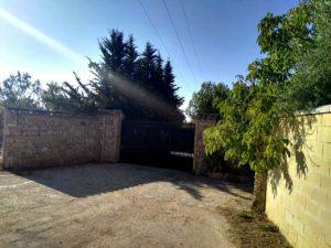 Entrada de la finca donde ha tenido lugar el decomiso de la droga, junto a la Venta El Chorizo.