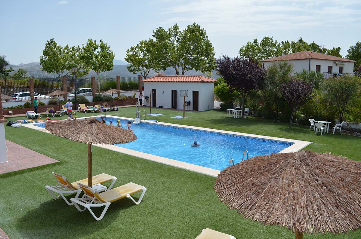 La piscina municipal de cartajima da la bienvenida al for Piscina municipal