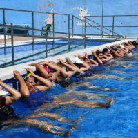 Más de 80 vecinos de Jubrique participan en la campaña de natación que se desarrolla en la piscina municipal