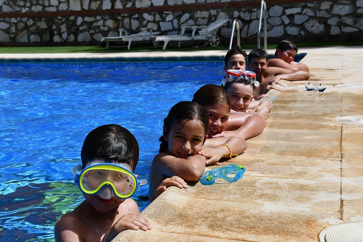 Peque os y mayores aprenden a nadar de manera gratuita en for Piscina gratuita