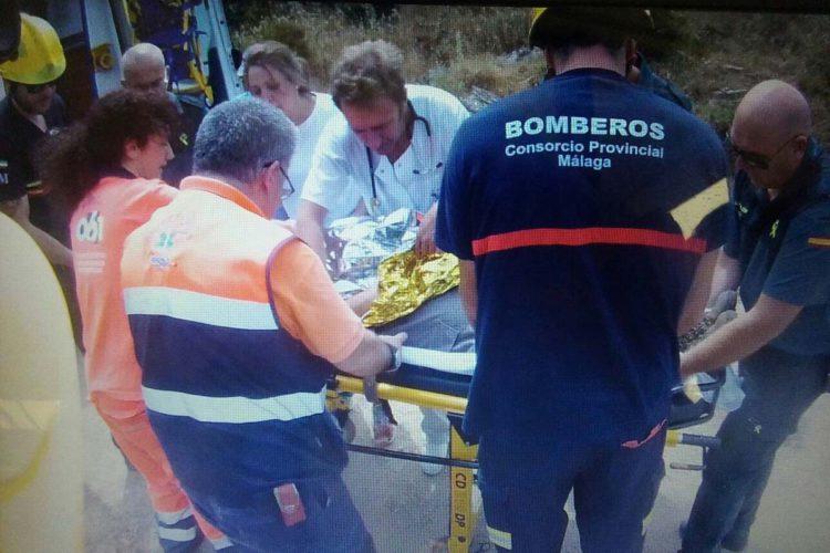 Rescatan con un helicóptero un hombre que se precipitó por un barranco cuando trabajaba en la saca del corcho en Cortes de la Frontera