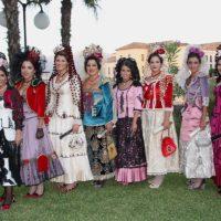 Luz, color y elegancia con la presidenta y las Damas Goyescas en los momentos previos al pregón de Feria