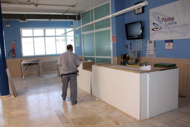 Realizan mejoras en los vestuarios y recepción de la Piscina Municipal Cubierta con una inversión de 20.000 euros