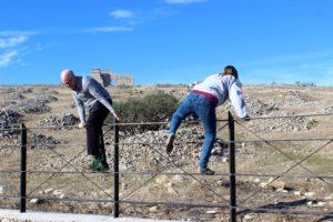Dos turistas saltan la valla al encontrarse el yacimiento cerrado y sin vigilancia.