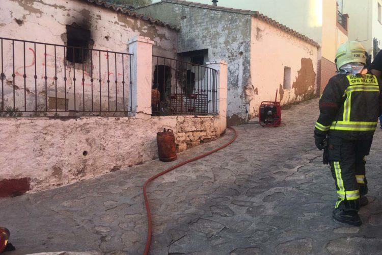 Los bomberos apagan un incendio declarado en una vivienda de la zona de Las Peñas