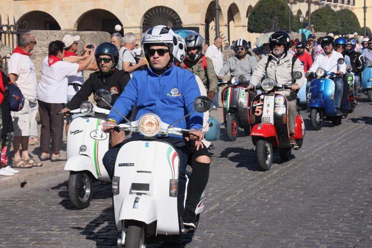 Vespas y Lambrettas inundan un año más las calles de Ronda
