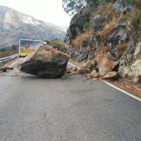 Abren el tráfico en la carretera Benaoján-Cortes de la Frontera tras retirar la gran roca caída sobre la calzada