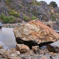 El desprendimiento de una gran roca provoca el corte de la carretera Benaoján-Cortes de la Frontera
