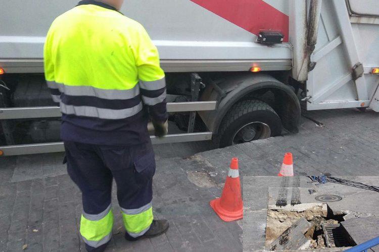 Un camión de Soliarsa queda atrapado en un socavón al hundirse el suelo cuando circulaba por el paseo de Blas Infante