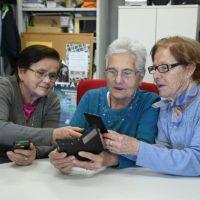 Los mayores de Genalguacil aprenden a utilizar los smartphones a través de un taller dirigido a ellos