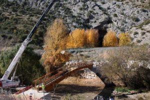 El puente ha sido colocado con una grúa de grandes dimensiones.