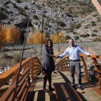 La Diputación instala el nuevo puente de la Cueva del Gato que será inaugurado a principios de diciembre