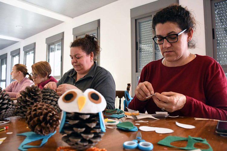 Vecinos de Genalguacil elaboran adornos navideños con sus propias manos en un taller organizado por el Ayuntamiento