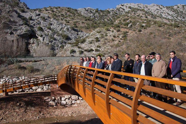Ambiente festivo en la inauguración del nuevo puente de acceso a la Cueva del Gato