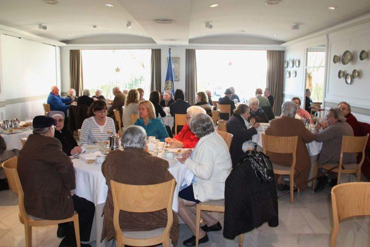 El Club Rotario de Ronda dedica una merienda navideña a las personas mayores de la Residencia de las Hermanitas de los Pobres