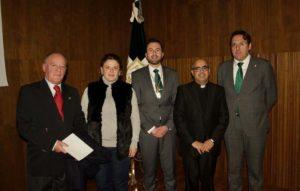 La alcaldesa, junto a responsables educativos, de las hermandades y religiosos.