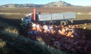 El camión transportaba material de obras.
