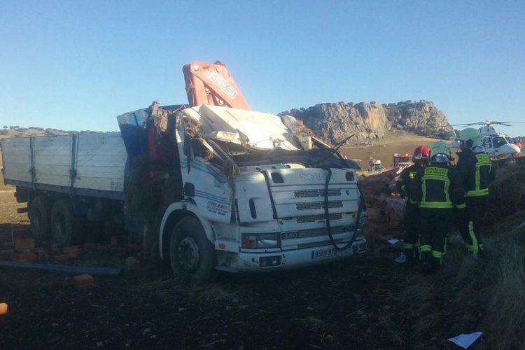 El conductor de un camión resulta herido cerca de Cuevas del Becerro al salirse su vehículo de la calzada