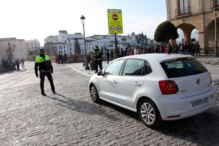 Agentes de la Policía Local alertan que las señales que restringen el paso por el Puente Nuevo no cumplen con la normativa de tráfico