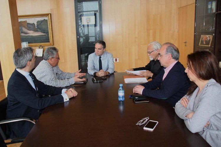 Bendodo muestra su apoyo a la Plataforma del Puente y se compromete a realizar un estudio técnico para el vial alternativo