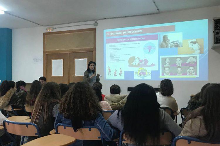 El Área Sanitaria Serranía ofrece una charla informativa a 50 alumnas del Instituto Valle del Genal sobre pubertad y los cambios físicos