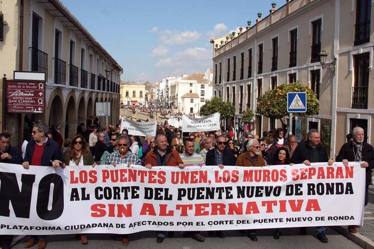 Más de 6.000 rondeños vuelven a reclamar en las calles al Tripartito que paralice el corte del Puente Nuevo