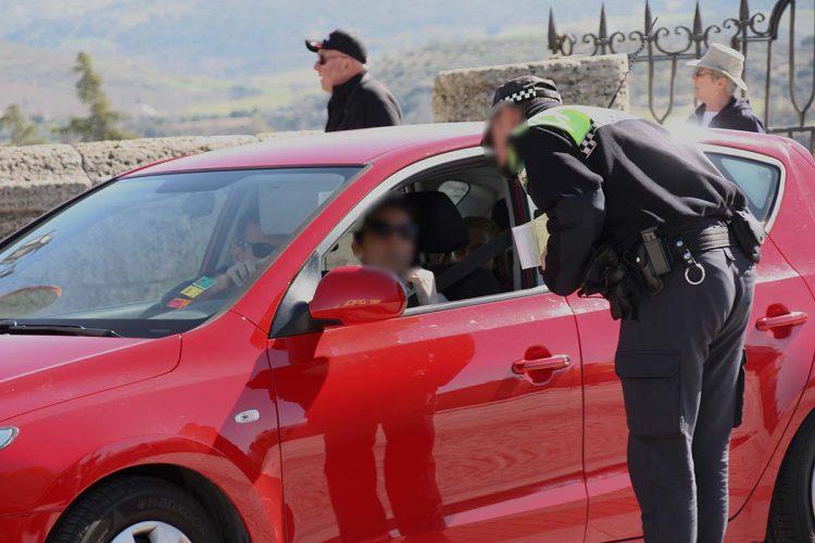 Multas de 80 euros para los despistados conductores que cruzan en Puente Nuevo en horario restringido