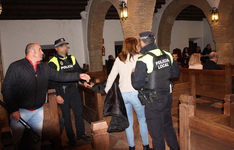 Dos policía locales, tras las órdenes dadas por Valdenebro, desalojan a vecinos del salón de plenos.