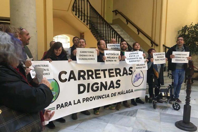 Vecinos de la provincia se encierran en la Delegación de la Junta para exigir la autovía Ronda-Málaga y la variante de Arriate