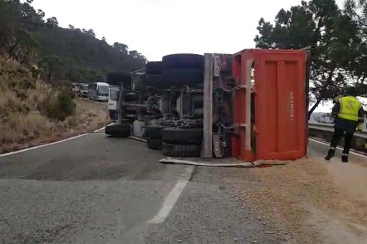 Vuelca un camión en la carretera A-397 Ronda-San Pedro provocando importantes retenciones