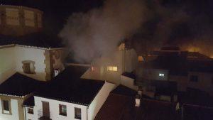 El incendio ha generado una gran humareda en la zona.