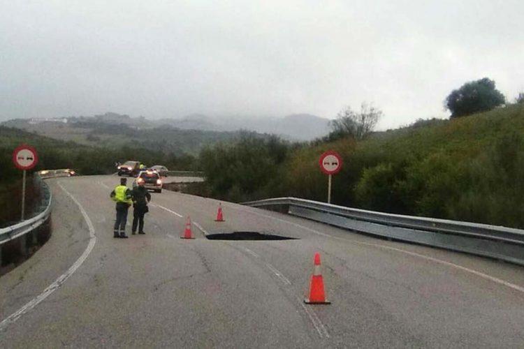 Todas las carreteras que comunican Ronda con Sevilla están cortadas por el temporal, salvo la que discurre por Cañete la Real y Almargen