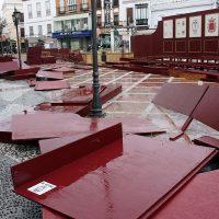 La tribuna y los palcos de la carrera oficial de la Semana Santa sufren importantes daños, bien por el temporal o por actos vandálicos