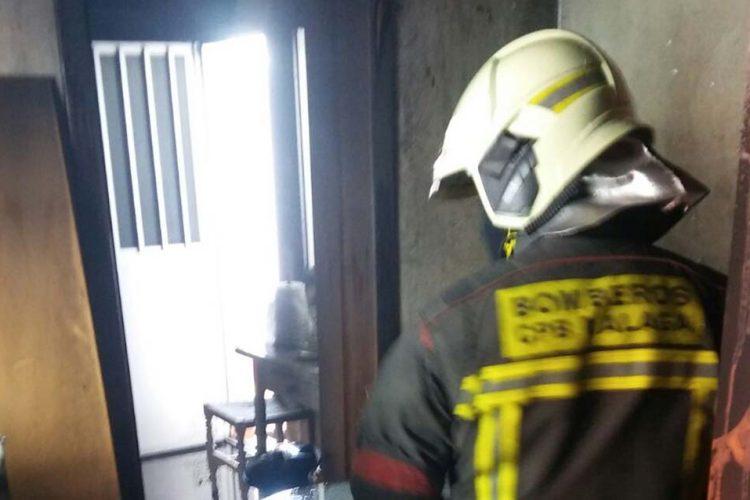 Los bomberos apagan un incendio que se ha declarado esta tarde en una vivienda de la barriada de La UVA