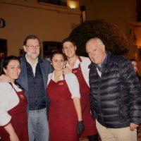 El presidente del Gobierno con empleados de un local de la plaza de España.