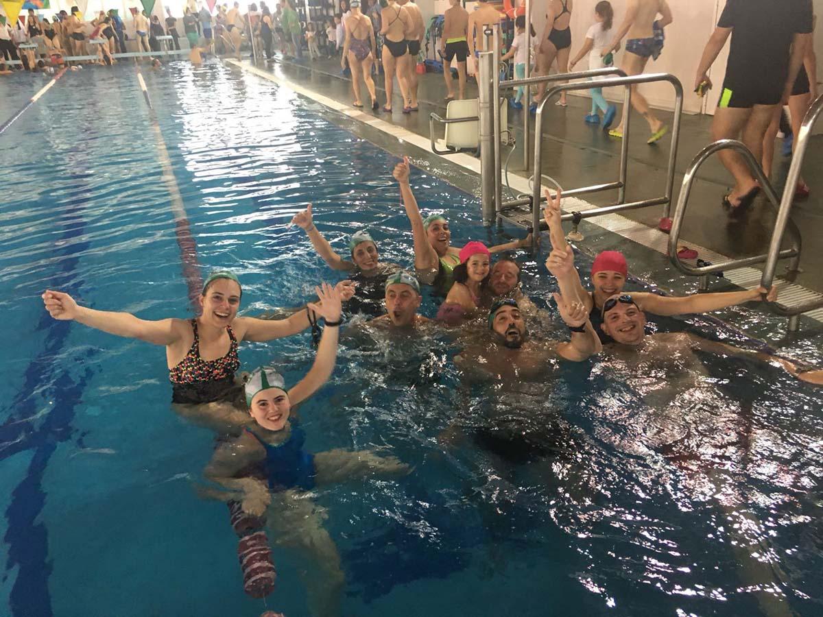 M s de 120 nadadores ronde os hacen posible la for Piscina cubierta ronda