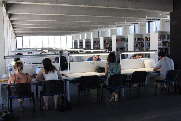 El Tripartito devuelve a la Biblioteca Comarcal los ordenadores que se llevó hace más de un año pero no los conecta a la red