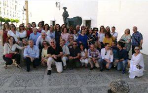 Foto de grupo junto a la plaza de toros.