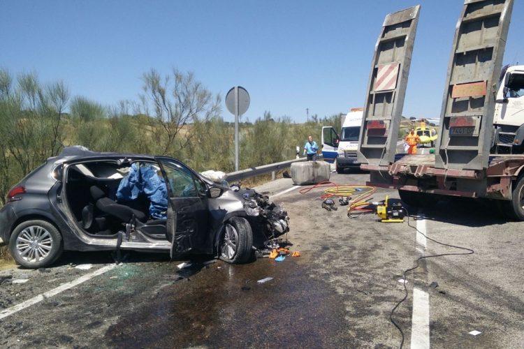 Fallece una persona en un accidente en la Ronda-Sevilla y un turismo se incendia en la Ronda-Cuevas del Becerro
