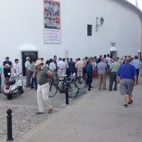 Vuelven las colas a la plaza de toros de Ronda para comprar entradas para la Goyesca