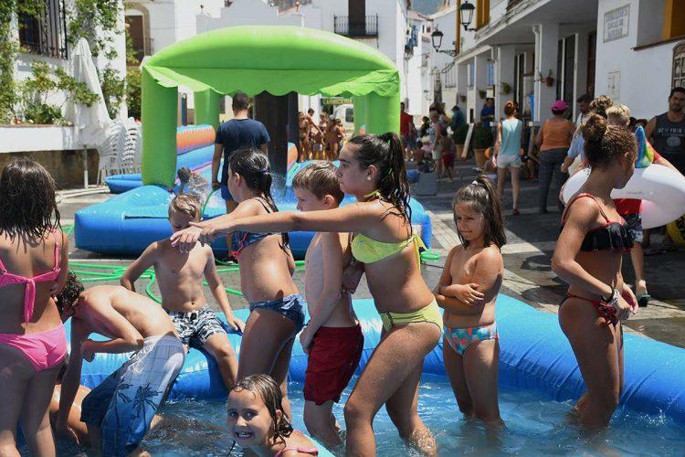 Los pequeños y jóvenes de Jubrique disfrutaron con su divertida fiesta del agua