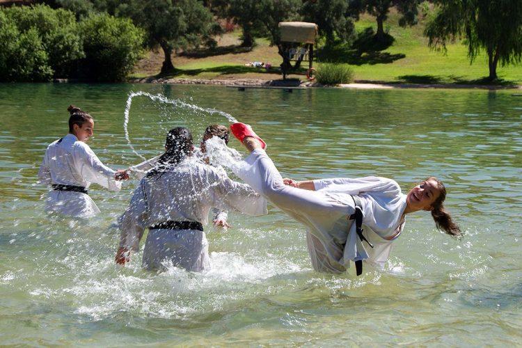 Los karatecas del Club Bushido realizan ejercicios en el medio acuático para mejorar su técnica