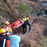Bomberos, Policía Local y servicios sanitarios rescatan a un turista accidentado en el fondo del Tajo