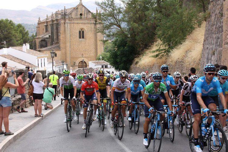Numerosos aficionados han seguido hoy en vivo y en directo la Vuelta a España a su paso por Ronda