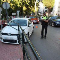 Dos accidentes se saldan con un motorista herido y un coche empotrado en la valla de protección del colegio Cervantes