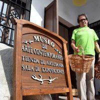 Uno de los últimos artesanos de la Serranía expone sus productos en el museo de Genalguacil